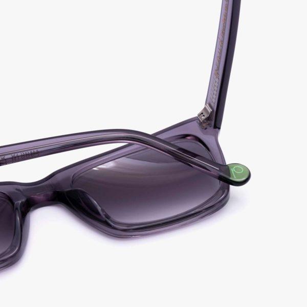 Detalle gafas de sol de montura compostable modelo Oporto gris