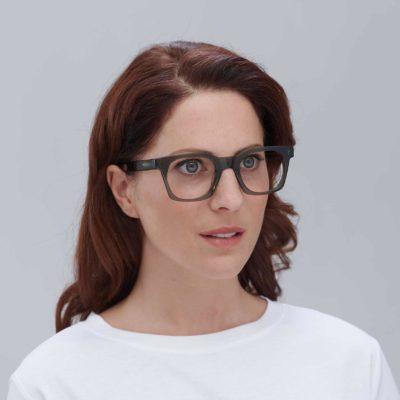 Modelo con gafas ecológicas de diseño Benimaclet